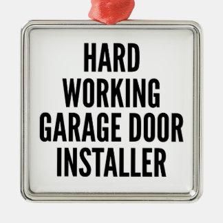 Instalador de trabajo duro de la puerta del garaje adornos