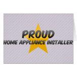 Instalador orgulloso del aparato electrodoméstico tarjeton