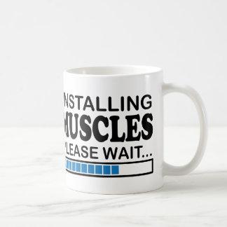 Instalando los músculos, espere por favor el azul taza de café