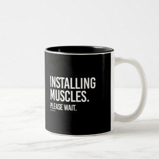 Instalando los músculos satisfaga esperan -   taza de café de dos colores