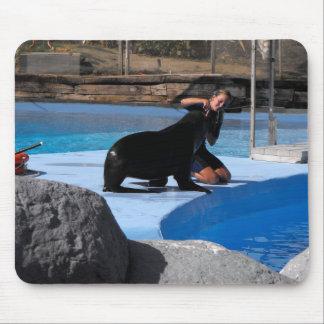 Instructor con el león marino en España Tapete De Ratones