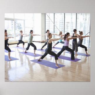 Instructor de la yoga enseñando a una clase de póster