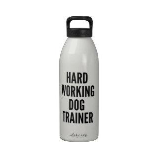 Instructor de perro de trabajo duro
