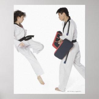 Instructor de sexo femenino del karate que enseña póster