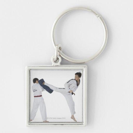 Instructor de sexo masculino del karate que enseña llaveros