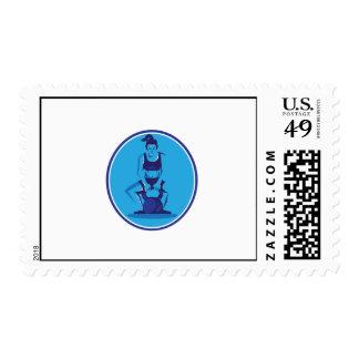 Instructor femenino que levanta el círculo de timbres postales