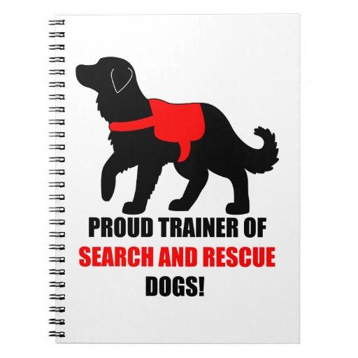 Instructor orgulloso de los perros del servicio de libros de apuntes