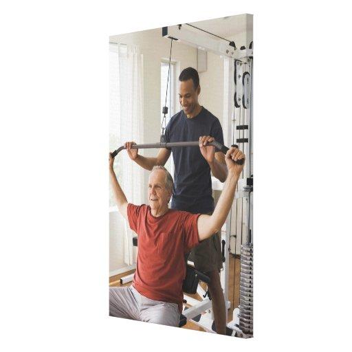 Instructor personal con el hombre en el gimnasio c lona estirada galerias