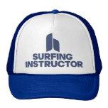 Instructor que practica surf gorras de camionero
