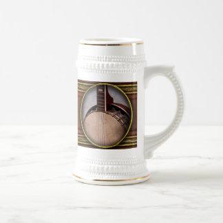 Instrumento - secuencia - un banjo típico taza de café