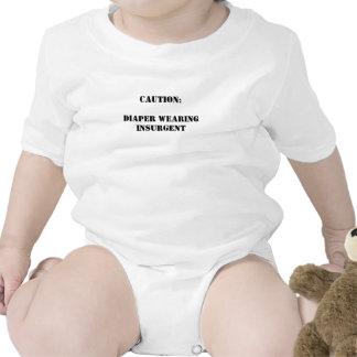 Insurrecto que lleva del pañal traje de bebé