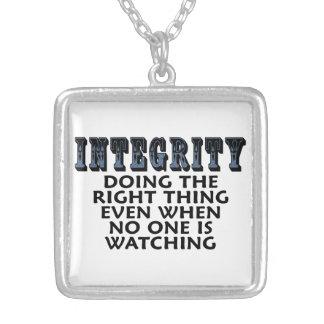 Integridad: Hacer la cosa correcta incluso cuando… Collar Plateado