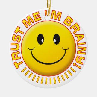 Inteligente confíeme en sonrisa adorno redondo de cerámica