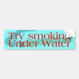 Intento que fuma debajo de fuente del rojo del agu etiqueta de parachoque