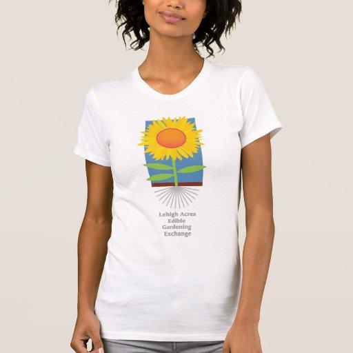 Intercambio que cultiva un huerto comestible de camisetas