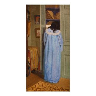 Intérieur, femme en bleu fouillant dans une armoir custom photo card