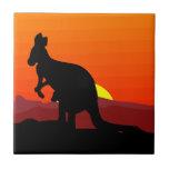 Interior canguro australiano en la puesta del sol azulejo
