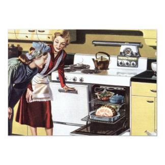 Interior casero del vintage, mamá en cocinar de la invitación