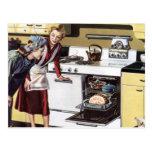 Interior casero del vintage, mamá en cocinar de la postal