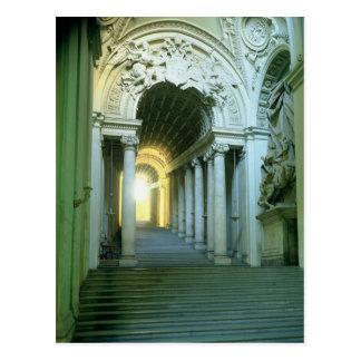 Interior con la vista de la escalera tarjetas postales