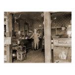 Interior de la tienda de cigarro, circa 1900 postales