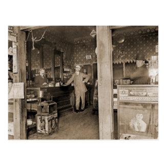 Interior de la tienda de cigarro circa 1900 postales
