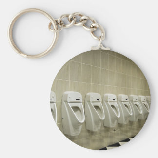 interior del lavabo con fila del orinal llavero
