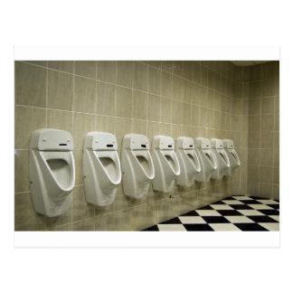 interior del lavabo con fila del orinal postales