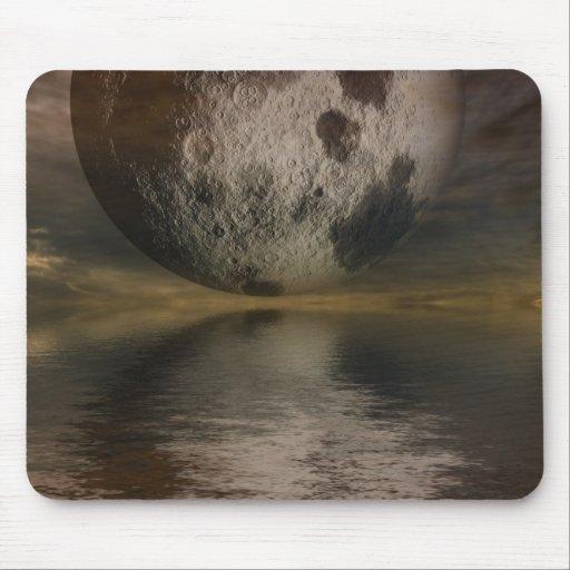 Interpretación de la luna sobre el agua mouse pads