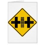 Intersección de la carretera dividida con la tarjeta de felicitación