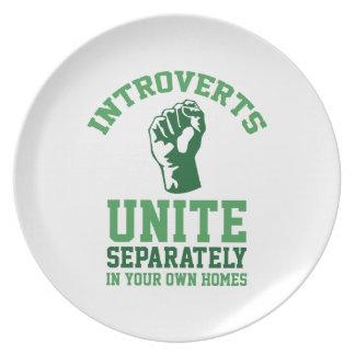 Introverts unen plato para fiesta