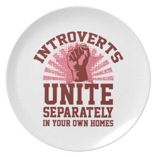 Introverts unen platos de comidas