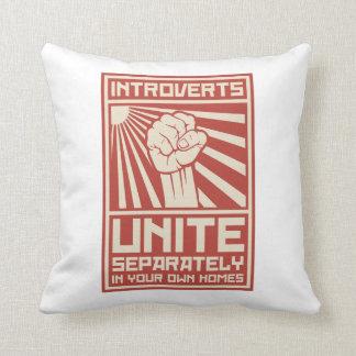 Introverts unen por separado en sus propios almohada
