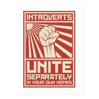 Introverts unen por separado en sus propios tarjetas postales