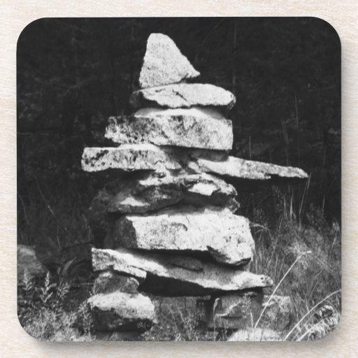 Inukshuk - figura de piedra del hombre posavasos de bebida
