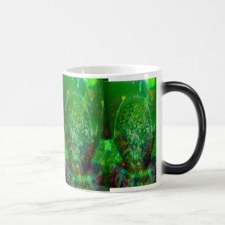 Inundado en verde cósmico taza mágica