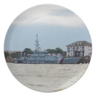 Investigador del bote patrulla platos de comidas