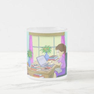 Investigador en la escritura del trabajo taza de cristal