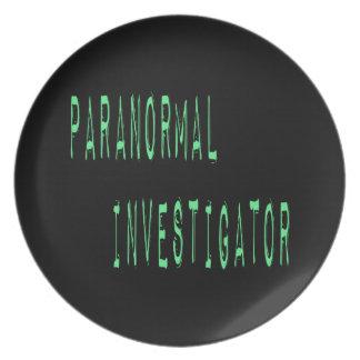 Investigador paranormal - fondo negro platos