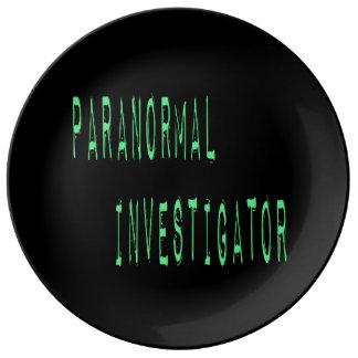 Investigador paranormal - fondo negro platos de cerámica