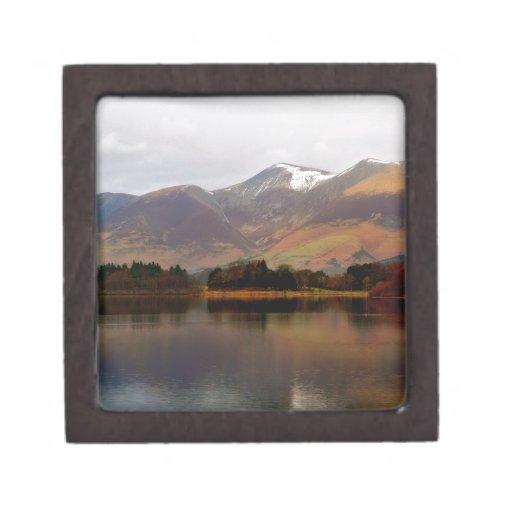 Invierno de Derwent del lago mountain en Cumbria Cajas De Regalo De Calidad