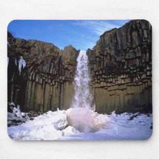 Invierno de la cascada de Svartifoss Tapete De Raton