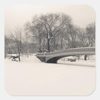 Invierno del Central Park - nieve del puente del Pegatina Cuadrada