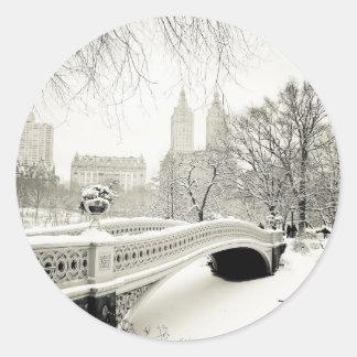 Invierno del Central Park - nieve en el puente del Pegatina Redonda