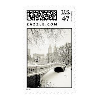 Invierno del Central Park - nieve en el puente del Sello