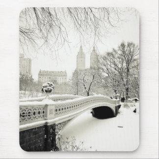 Invierno del Central Park - nieve en el puente del Alfombrilla De Ratones