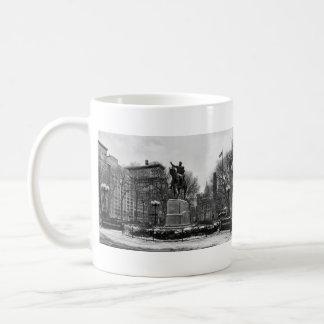 Invierno en el blanco negro del cuadrado 001 de la tazas de café