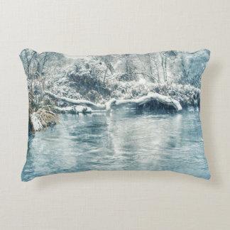 Invierno en el río de Beaverhead, Montana Cojín Decorativo