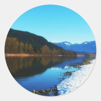 Invierno en el río pegatina redonda