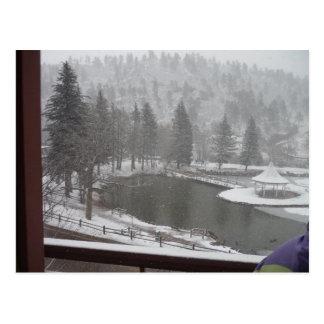 Invierno en las caídas verdes de la montaña tarjeta postal